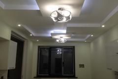 Потолок из гипсокартона с интересной люстрой